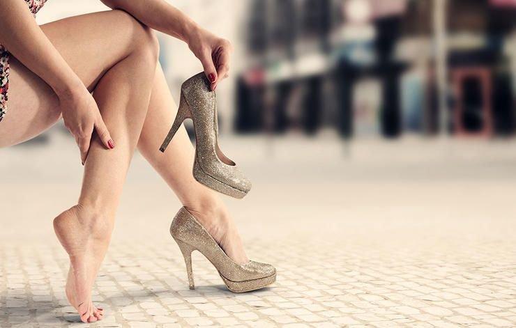 натирает обувь